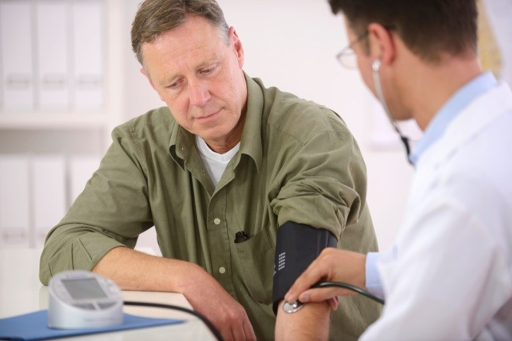 Blood pressure targets below 130/80 and below 140/90 mm Hg are associated with similar renal outcomes among non-diabetics, meta-analysis shows.