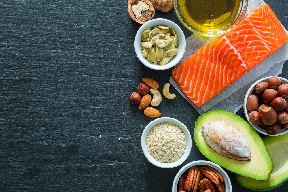A healthy diet should focus on healthy foods rich in nutrients that can help reduce disease risk, like poly- and monounsaturated vegetable oils, nuts, fruits, vegetables, whole grains, and fish.